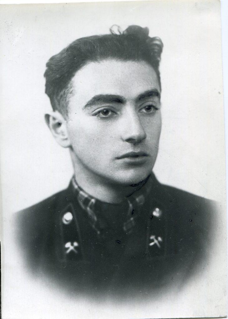 Александр Городницкий на выпускной фотографии геофизического факультета ЛГИ, 1957 год