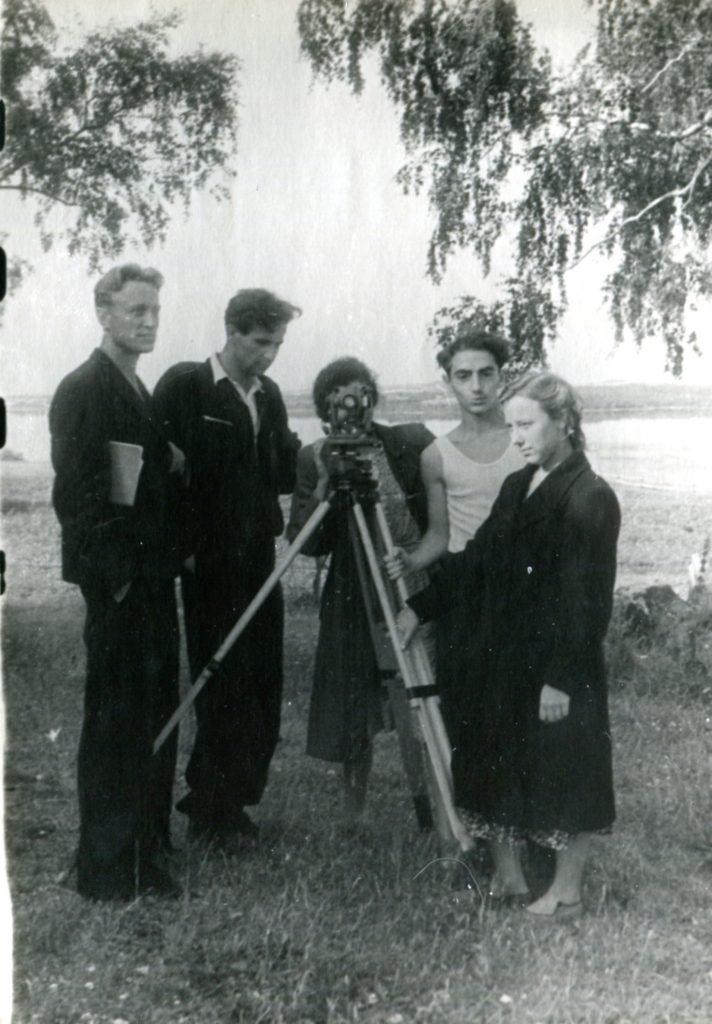 Александр Городницкий на геодезической практике в Вышгороде, 1952 год