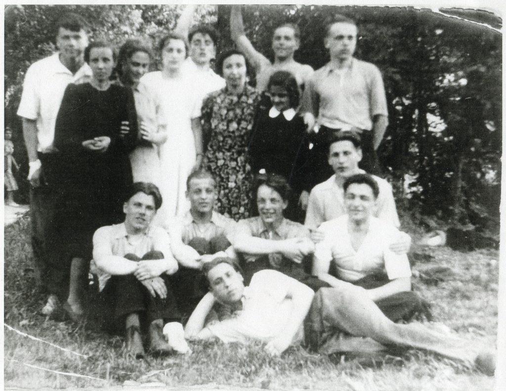 На экскурсии в Царском Селе с одноклассниками, 1951 год