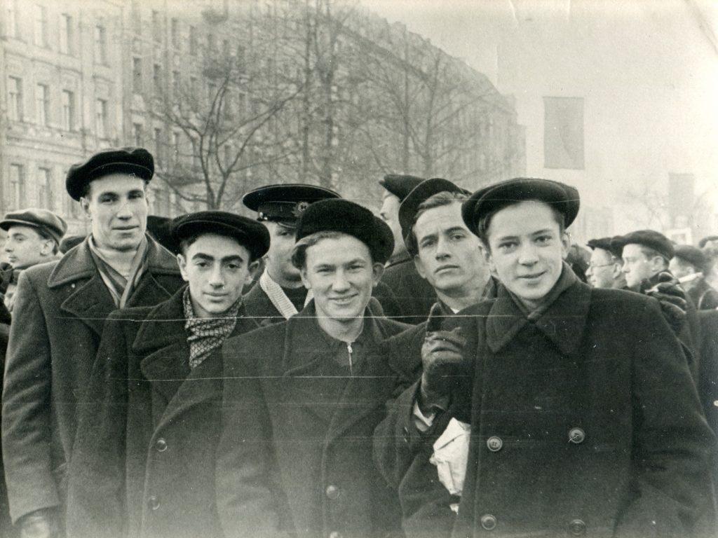 Александр Городницкий на демонстрации, Ленинград, 1952 год