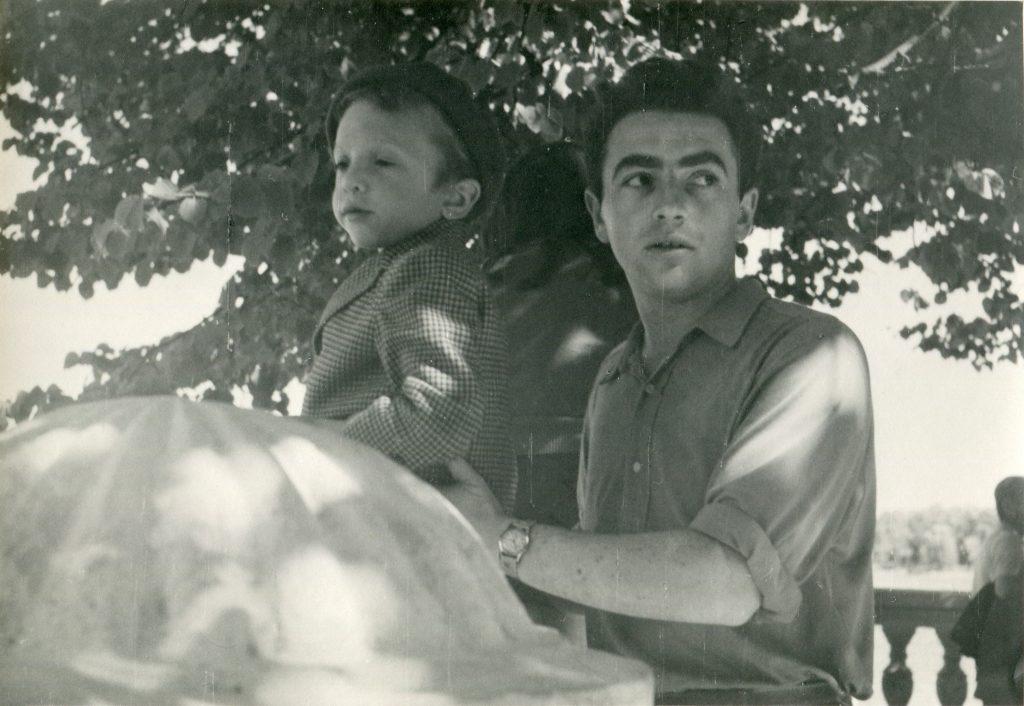 Александр Городницкий с Володей в Петергофе, 1959 год