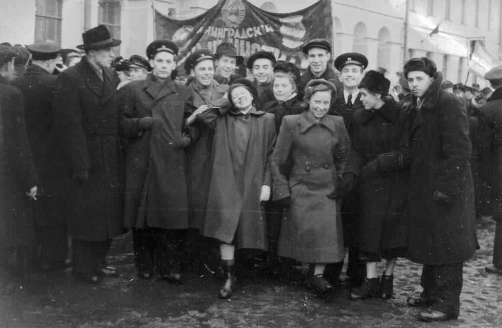 На демонстрации 07.11.1952, Ленинград, второй курс