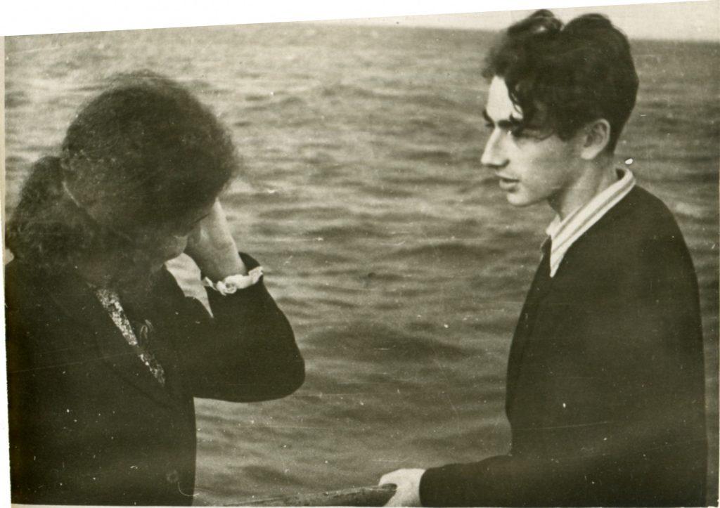 Александр Городницкий с Владой Романовской на Финском заливе, 1951 год