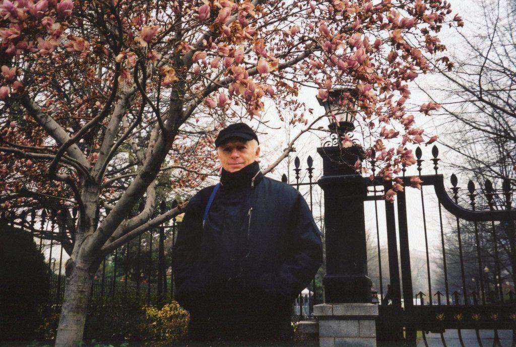 У решетки Белого дома, Вашингтон, 2002 год