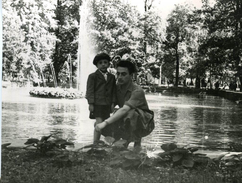 Александр Городницкий с сыном Володей в Петергофе, 1959 год