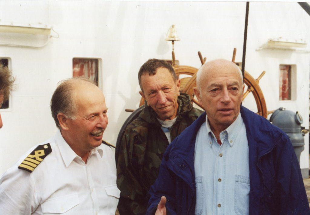 Александр Городницкий и Борис Кейльман с Капитаном-наставником «Крузенштерна» Г.В. Коломенским, 2000 год