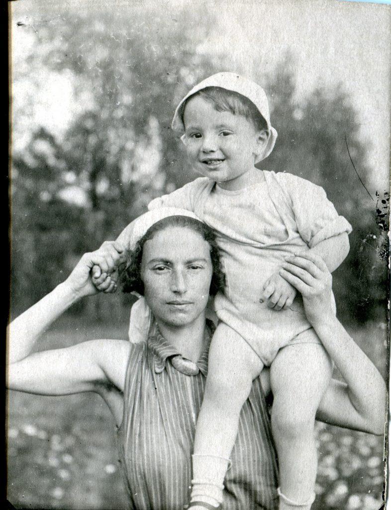 С мамой, 1935 год