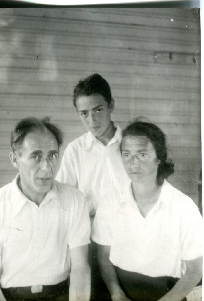 С родителями, конец сороковых годов