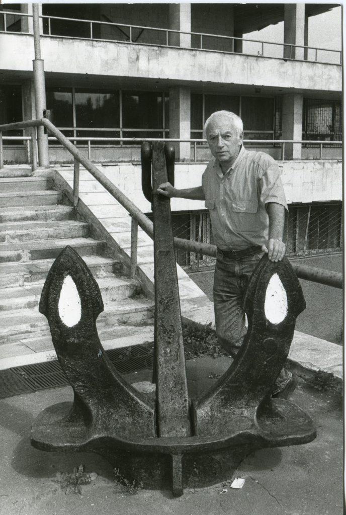 Александр Городницкий у входа в ИОРАН, 1997 год