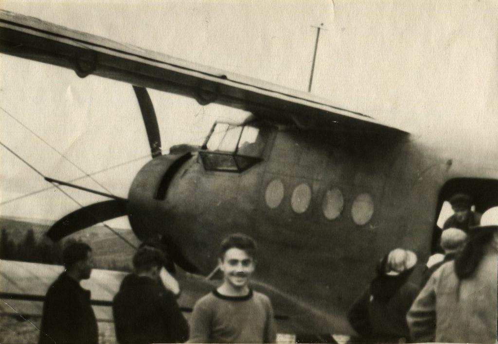Александр Городницкий у самолета на реке Горбиачин, 1957 год