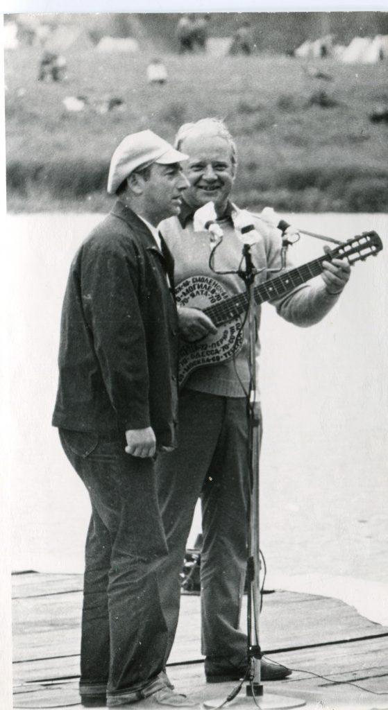Александр Городницкий и Юрий Визбор на Грушинском фестивале, 1976 год